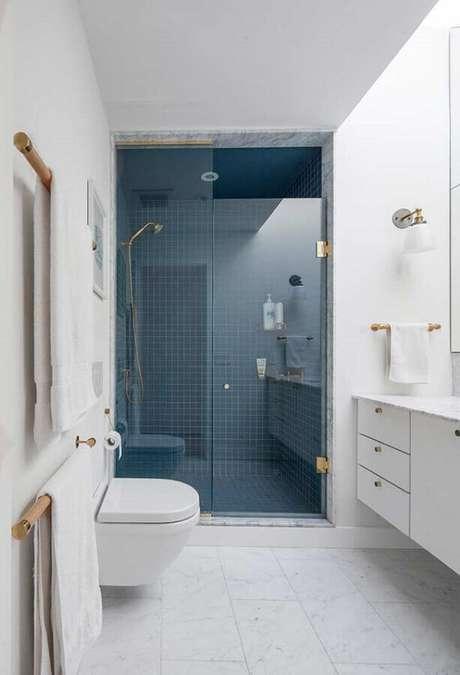 17. Revestimento para banheiro azul e branco decorado com detalhes em dourado – Foto: Casa de Valentina