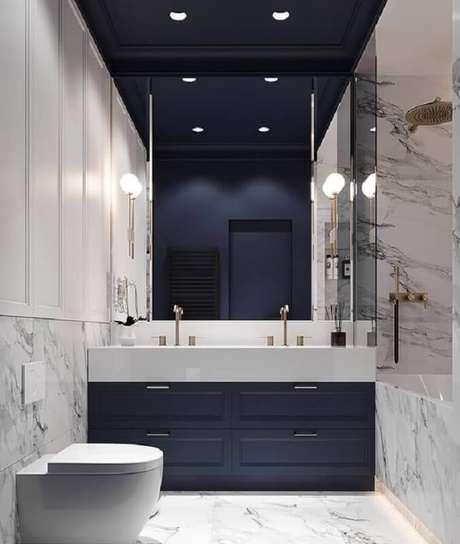 3. Decoração moderna para banheiro azul marinho sofisticado com revestimento de mármore – Foto: Behance