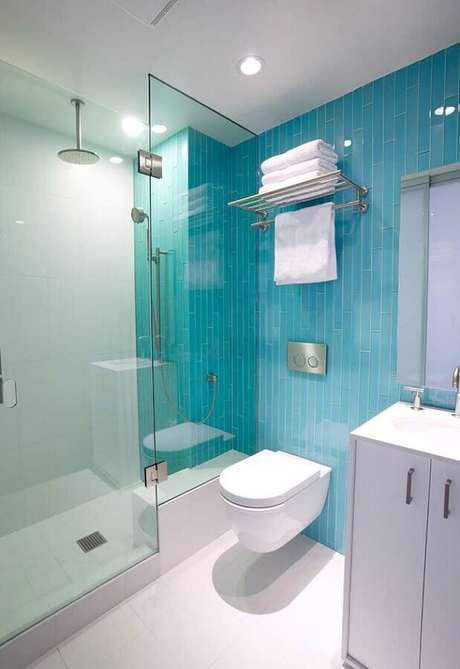 26. Decoração clean com revestimento para banheiro azul e branco – Foto: Home Fashion Trend