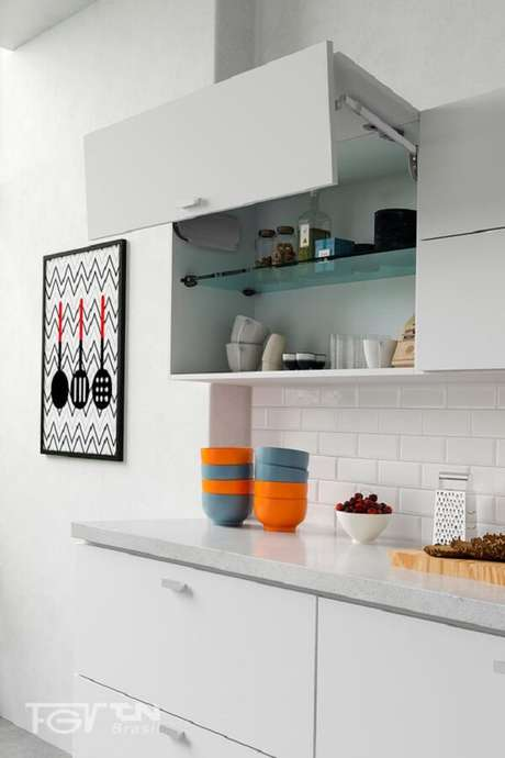 28. Modelo de armário basculante de cozinha para decoração clean. Fonte: FGVTN Brasil