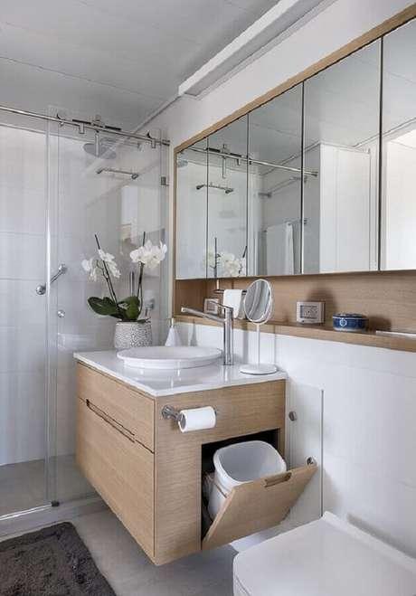 6. Modelo de armário suspenso basculante para banheiro com porta invertida. Fonte: Pinterest
