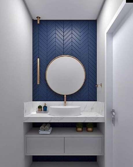 34. Revestimento para banheiro azul moderno decorado com luminária pendente minimalista – Foto: Pamela kessel Designer de Interiores