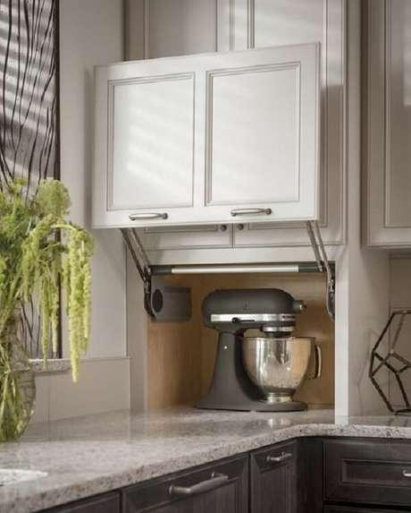 2. Marcenaria inteligente traz vida ao armário com porta basculante. Fonte: Pinterest