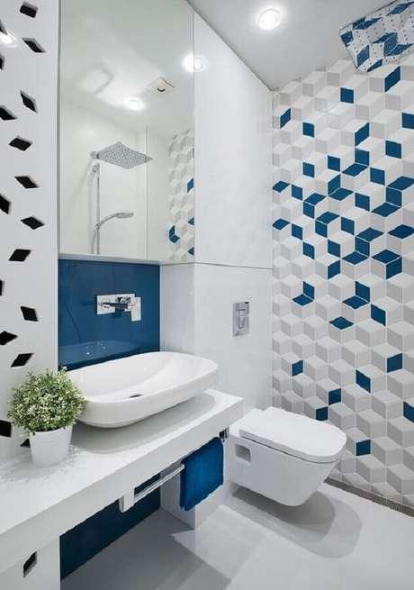 64. Decoração moderna com revestimento para banheiro azul e branco planejado – Foto: Arkpad