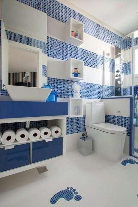 39. Pastilhas para banheiro azul e branco decorado com gabinete suspenso – Foto: Orlane Santos – Arquiteta