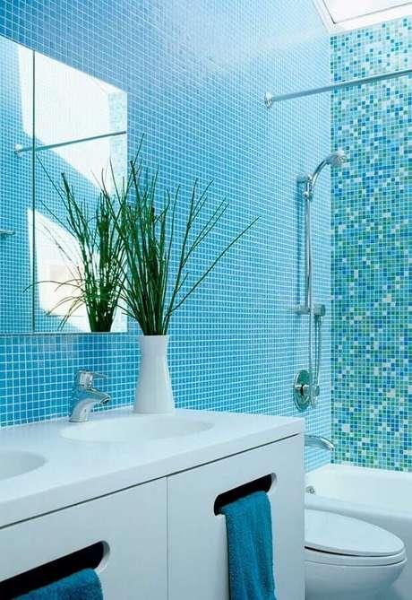 40. Decoração clean para banheiro com pastilha azul turquesa e gabinete branco – Foto: Pinterest