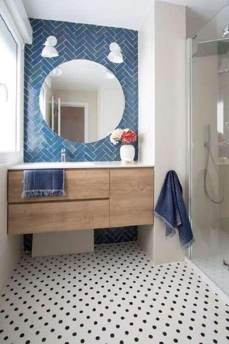 60. Gabinete de madeira suspenso para decoração de banheiro azul e branco com piso preto e branco – Foto: Pinterest