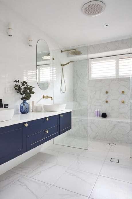 52. Gabinete suspenso para decoração de banheiro azul e branco amplo – Foto: TLC Interiors