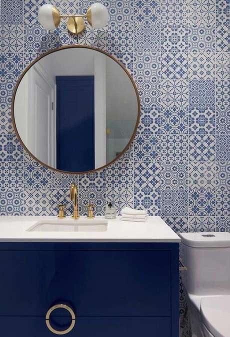 24. Azulejo português para decoração de banheiro azul com arandela para espelho redondo – Foto: Houzz