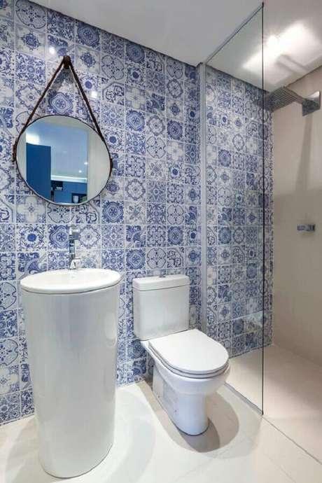 22. Azulejo português e espelho redondo para decoração de banheiro azul e branco – Foto: Histórias de Casa