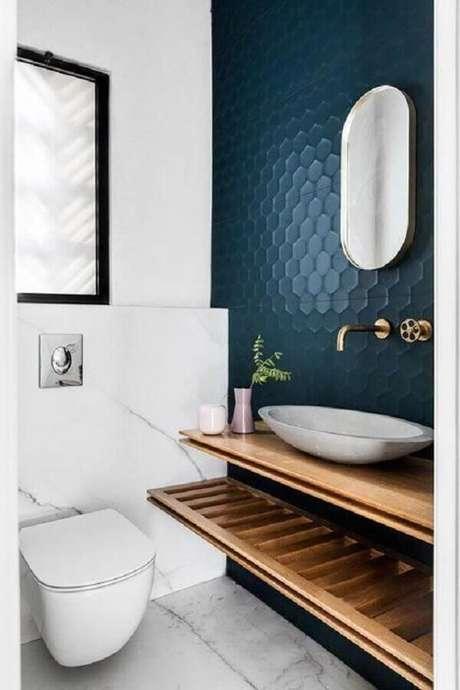 9. Bancada de madeira para decoração de banheiro azul marinho e branco – Foto: Jeito de Casa