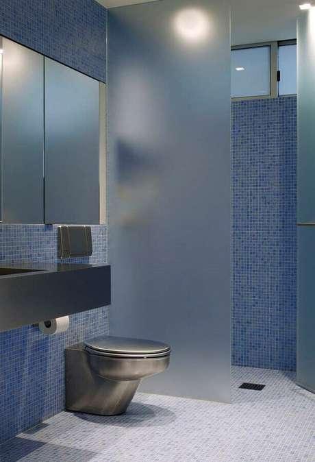 37. Decoração moderna para banheiro com pastilha azul – Foto: Pinterest