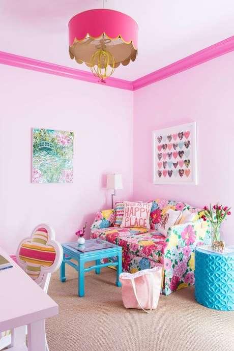 9. Lustre infantil feminino cor de rosa com sofá colorido – Foto Decorpad