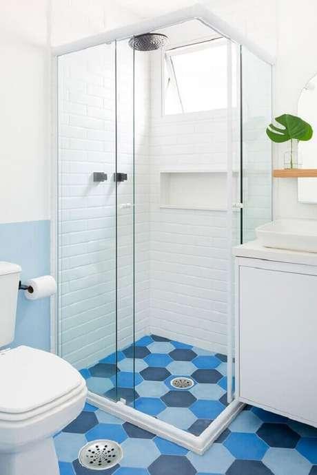 11. Decoração de banheiro azul e branco com piso hexagonal – Foto: Apartamento 203