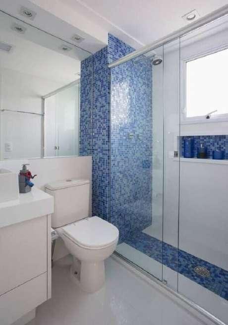 28. Decoração de banheiro azul e branco e com pastilhas na área do box – Foto: Simples Decoração