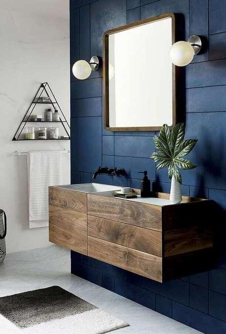 67. Gabinete de madeira suspenso para decoração de banheiro azul marinho – Foto: Home Fashion Trend