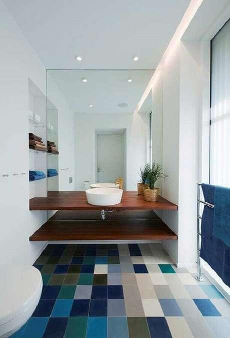 61. Piso quadriculado para decoração de banheiro azul e branco com bancada de madeira – Foto: Houzz