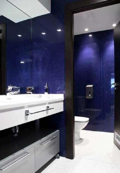 14. Gabinete branco planejado para decoração de banheiro azul marinho com detalhes em preto – Foto: Futurist Architecture