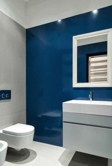33. Decoração moderna para banheiro azul e cinza – Foto: Archilovers