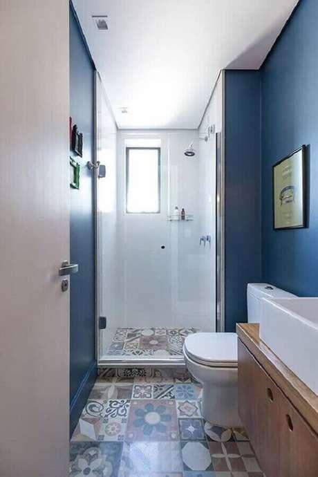 59. Decoração com piso antigo para banheiro pequeno azul – Foto: Pinterest