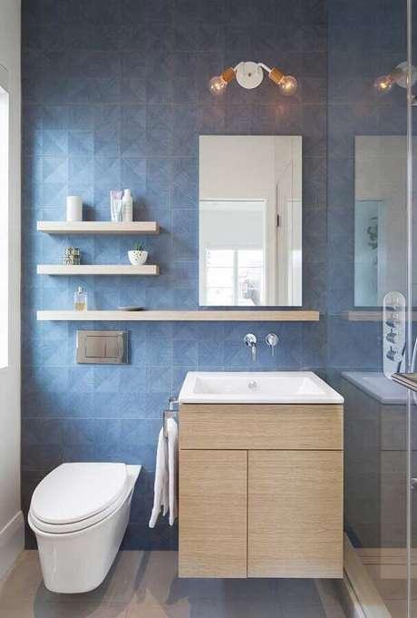 19. Revestimento para banheiro azul decorado com gabinete de madeira – Foto: Houzz
