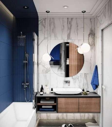 7. Decoração moderna para banheiro azul marinho e branco com espelho redondo – Foto: Home Fashion Trend