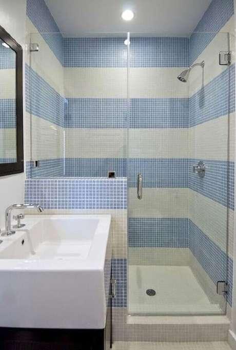 56. Decoração de banheiro azul pastilhas formando faixas – Foto: Pinterest