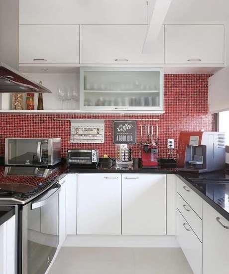 10. Cozinha com pastilha vermelha e armário basculante com acabamento mesclado entre banco e transparente. Fonte: Pinterest