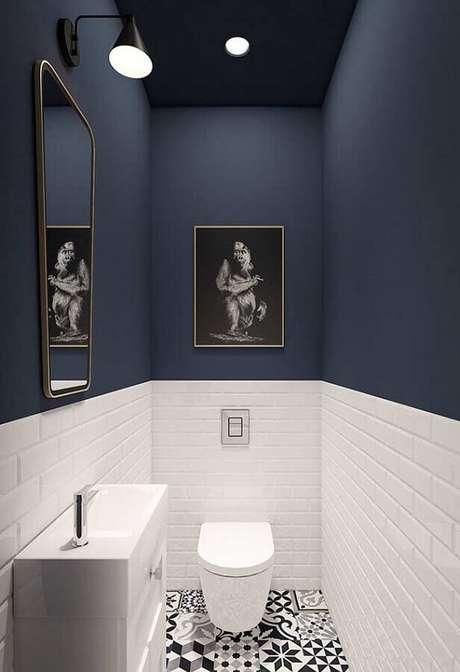 58. Piso antigo para decoração de banheiro azul marinho e branco pequeno – Foto: Jeito de Casa