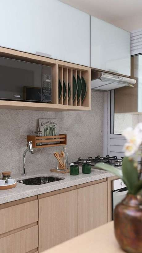35. Cozinha pequena planejada com armário com porta basculante. Fonte: Pinterest