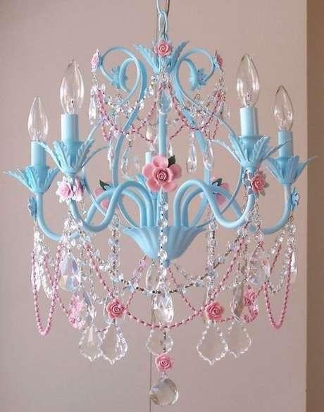 12. Lustre infantil azul e rosa de cristal – Foto Pinterest