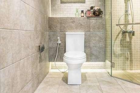 24. A cerâmica quadrada é um clássico que deixa os banheiros bonitos e atuais.