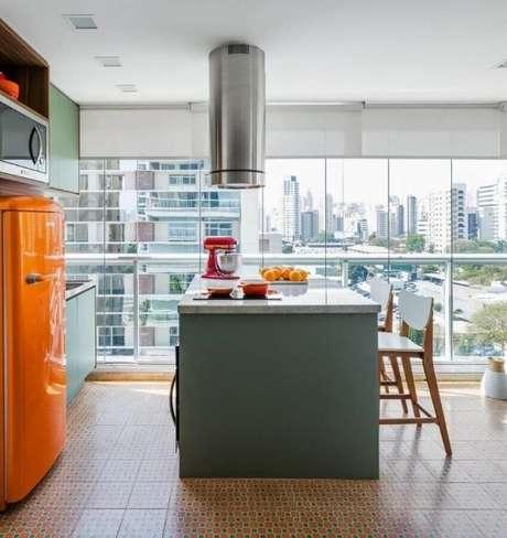 31. Cerâmica para cozinha marrom com geladeira laranja – Foto Clic da Obra