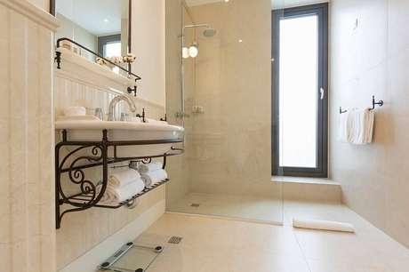 23. O piso cerâmico no mesmo tom das paredes deixa o banheiro mais clássico.