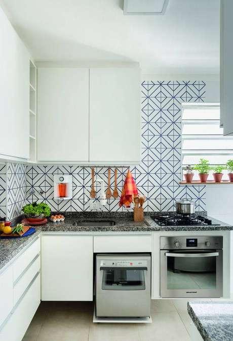 42. Cerâmica para cozinha bege com revestimento azul na parede – Foto Minha Casa