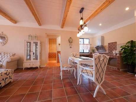 25. A sala de jantar retrô ganha mais destaque com o piso de cerâmica.