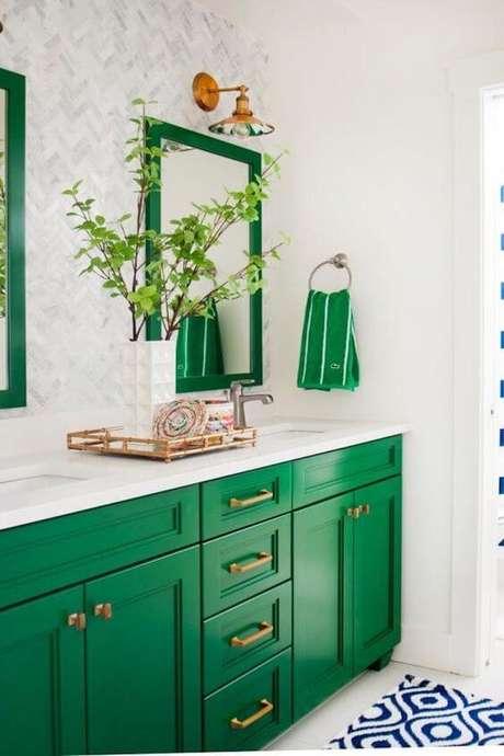 43. Moldura colorida verde no banheiro claro – Foto Casa Claudia