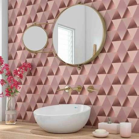 38. Banheiro com papel de parede rosa com triangulo – Foto DeFacile
