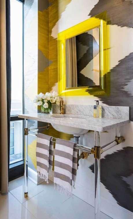 32. Moldura colorida amarela no banheiro – Foto Pinterest