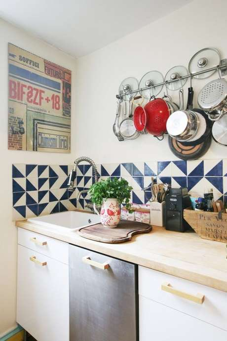 37. Cerâmica para cozinha em formato azul e branco – Foto Casa de Valentina