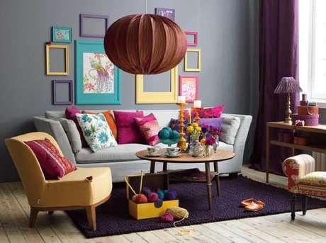 1. Sala de estar com moldura colorida na decoração – Foto Estopolis