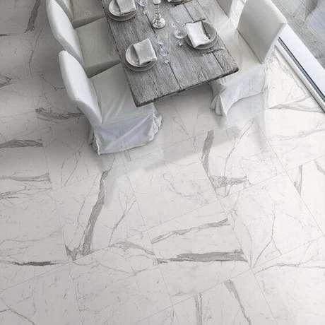 28. Cerâmica que imita mármore na sala de jantar – Foto Revestindo a Casa