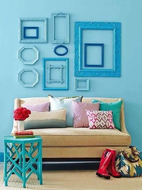 16. Sala de estar com moldura colorida em tons de azul – Foto Pinterest