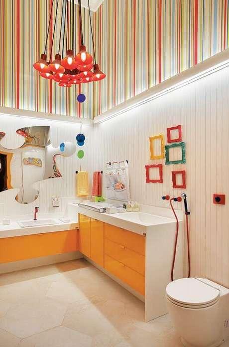 20. Banheiro com moldura colorida pequena na decoração – Foto Casa Abril