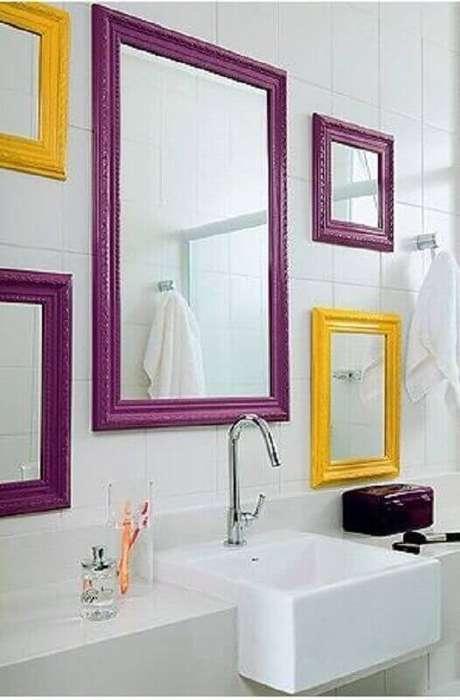19. Banheiro branco com moldura colorida roxa e amarela – Foto Revista Vd