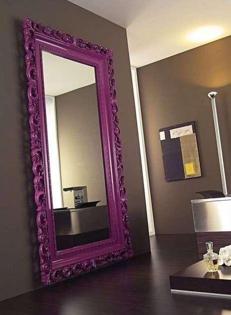 4. Espelho grande com moldura colorida roxa na sala de estar – Foto Revista VD