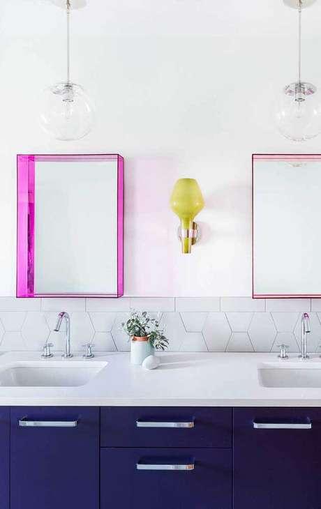 25. Espelho de banheiro com moldura colorida rosa – Foto Pinterest