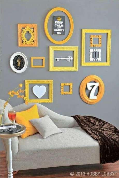 13. Sala cinza com moldura colorida amarela – Foto Hobby Lobby
