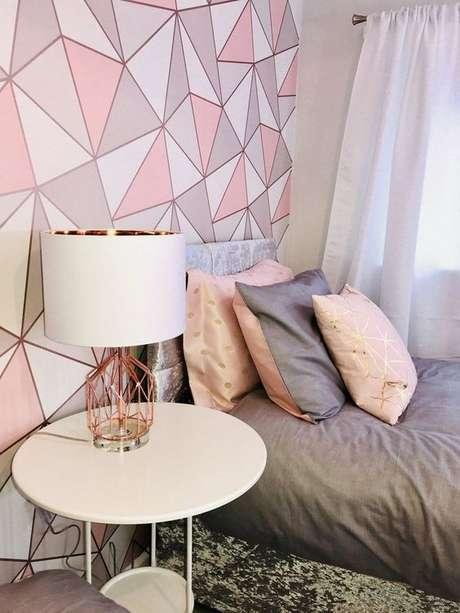 58. Papel de parede rosa e cinza com detalhes em rose gold – Foto Beckermes