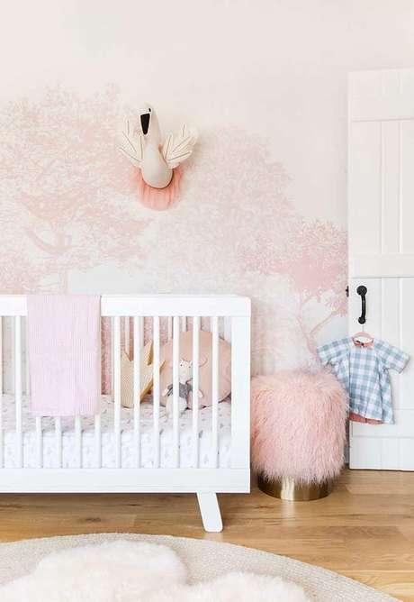 57. Papel de parede rosa e branco no quarto infantil – Foto Pinterest